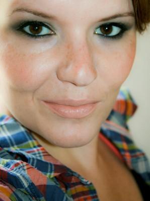 AMU Lidschatten im aschigen Forstgrün in Kombination mit einem frostigen Champagnergold: Sleek Makeup Lidschatten Palette - i-Divine PPQ Me, Myself & Eye