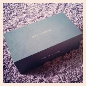 Tommy Hilfiger VICTORIA Damen Sneakers im g raublauen Karton mit Magnetverschluss