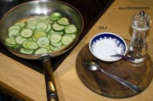Lecker und vegetarisch: gebratene Gurken - Salz, Pfeffer und Gurken - mehr braucht man nicht