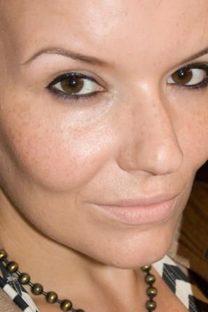 Das ULTIMATE MOISTURE FRESH SKIN MAKE UP von CATRICE fügt sich nahtlos ins Hautbild ein, deckt Rötungen und Sommersprossen leicht ab und mindert das Erscheinungsbild vergrößerter Poren.