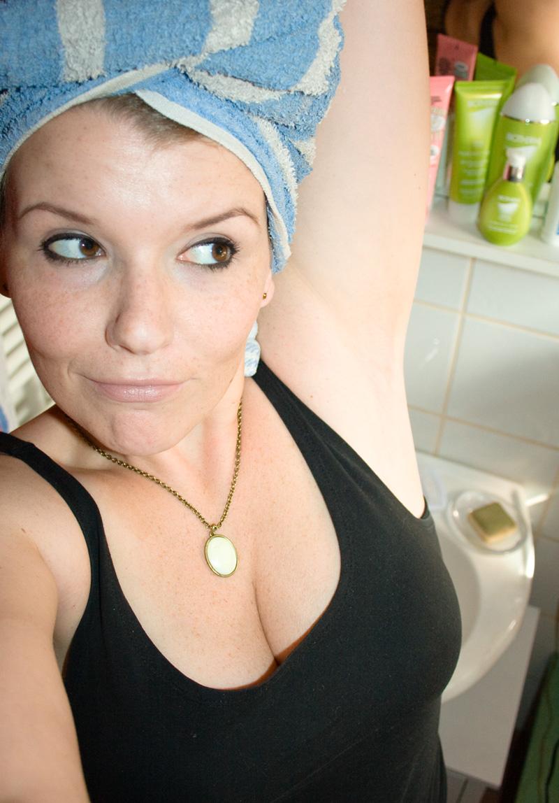 Frauen mit haaren unter den achseln