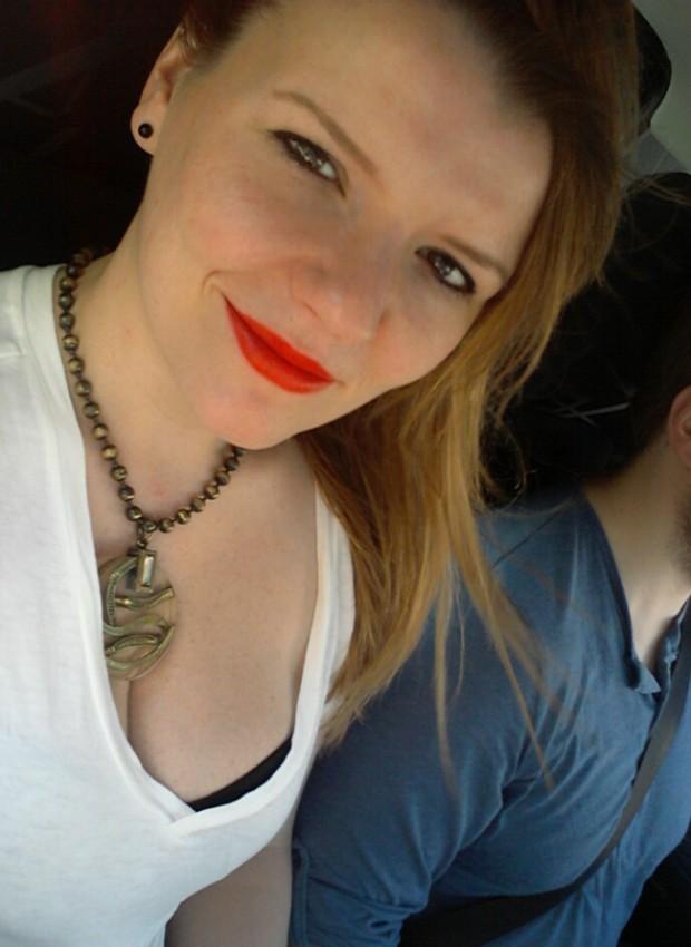 Robina Hood Produkttest: L'Oréal Glam Matte Skinny Tangerine 511 Tragefoto