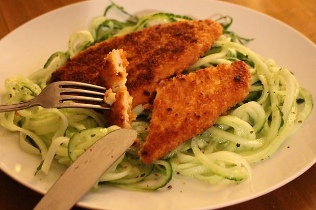 Garden Gourmet: vegetarische Schnitzel auf Gurken-Spaghetti mit Pfeffer und Salz