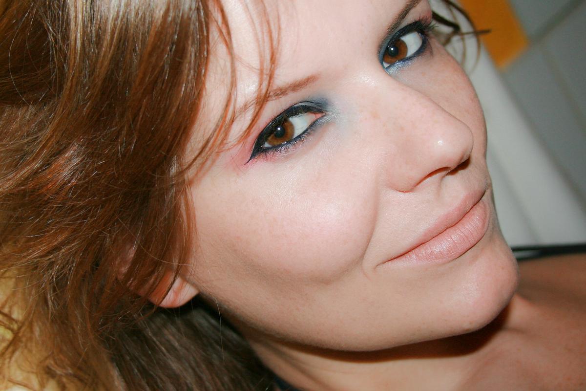 """Robina Hood: Augenmake-up in Rot, Orange und Blau mit der """"Cruise Couture""""-Palette von CATRICE. Schwarzer Eyeliner von L'Oréal (SUPER LINER)"""